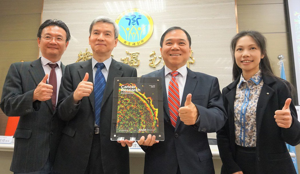國衛院免疫醫學研究中心主任譚澤華(右二)與助研究員莊懷佳(右一)。記者羅真/攝影