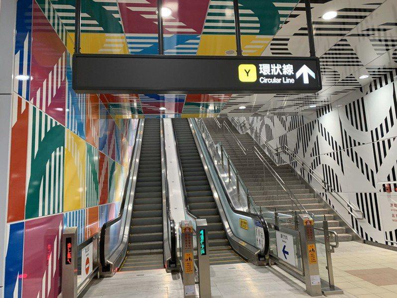 新北市捷運局此次找來法國藝術家Daniel Buren (丹尼爾‧布罕)替板橋站設計,以七彩寶盒為概念,加上特有的8.7公分垂直條紋,用對稱、鏡射、穿透、對比等方式規畫而成。記者張曼蘋/攝影