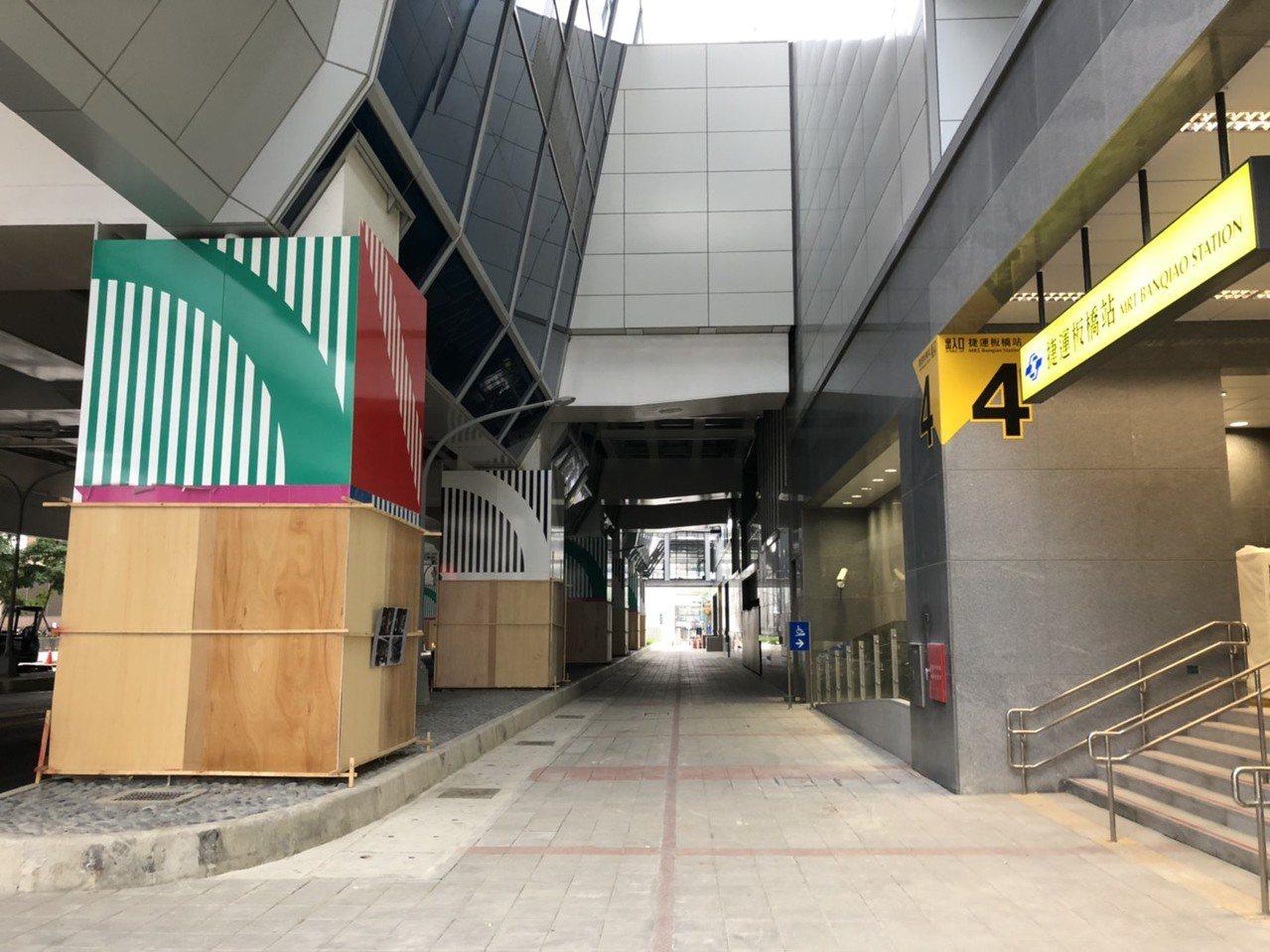 板橋站外的12根墩柱也充滿設計感(左),未來乘客可沿乘車動線欣賞作品。記者張曼蘋...