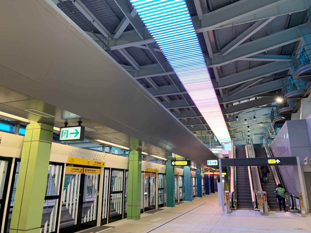 月台大廳上方也設有LED燈光,列車進站時會有色彩變化,讓車站更加動感。記者張曼蘋...
