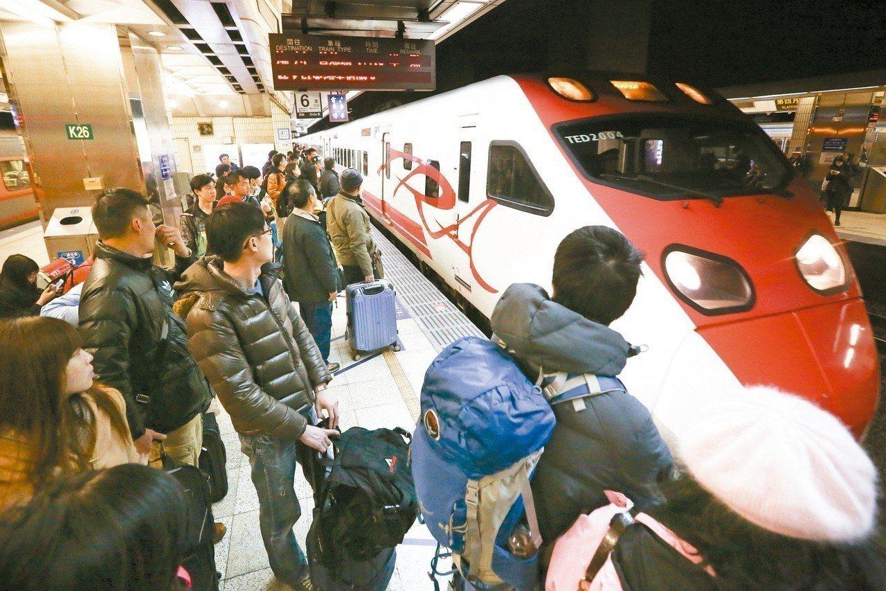 台鐵自今年5月2日開放新自強號站票,轉眼間已經半年。聯合報系資料照