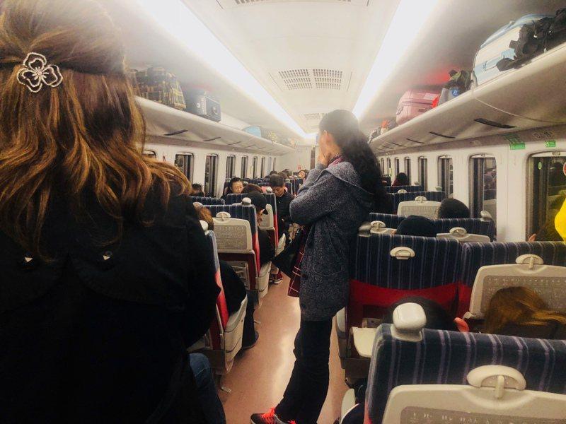 購買自強號座票的民眾,常因位置上有人而站著。記者曹悅華/攝影