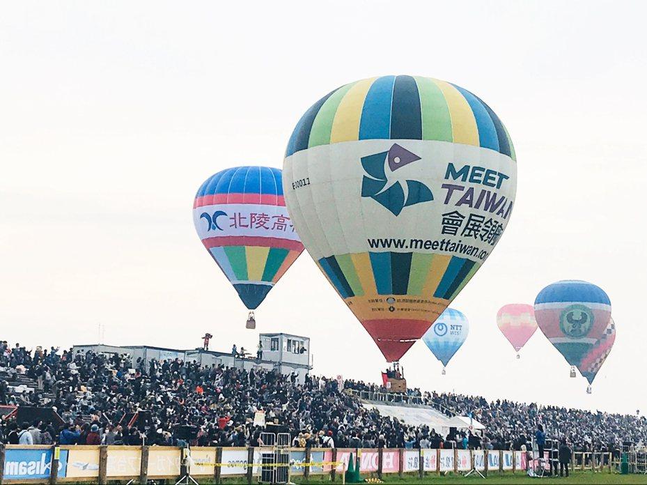台東縣政府帶著國貿球前往日本佐賀參加當地熱氣球嘉年華,為明年台灣熱氣球10周年活動宣傳。圖/台東縣政府提供