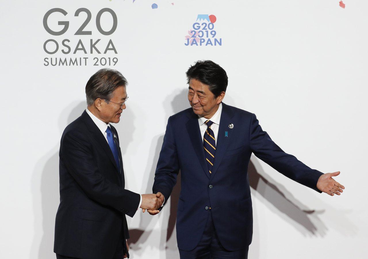 南韓總統文在寅(左)和日本首相安倍晉三。美聯社
