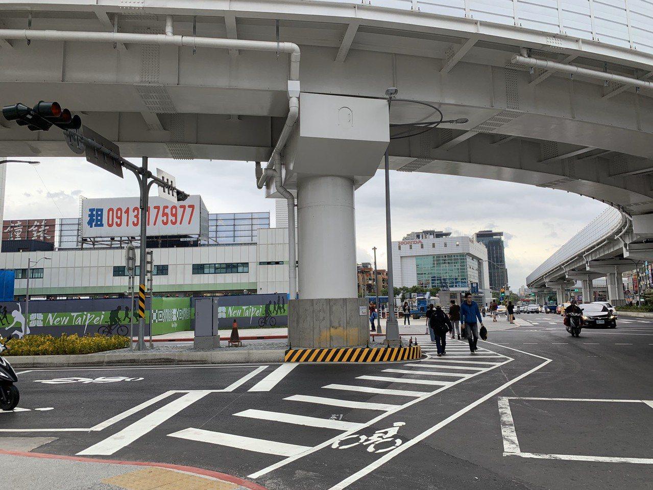 環狀線板橋站從4號或5號出口出來,也可走平面道路到台鐵、高鐵、捷運站。記者張曼蘋...