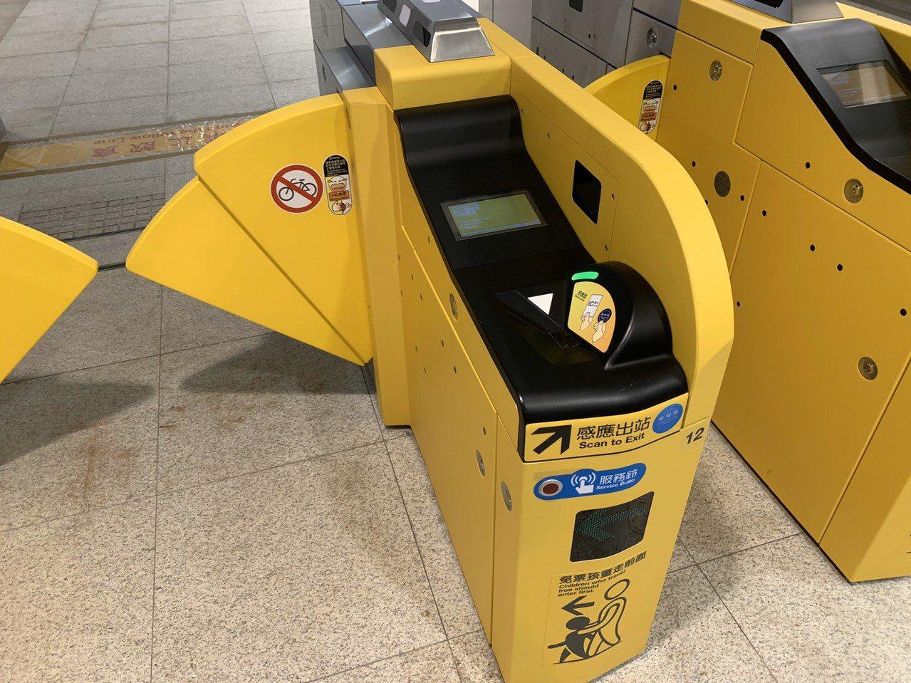 環狀線板橋站設有單程票轉乘閘門,給單程票乘客用,感應一下就可帶去北捷板橋站使用。...