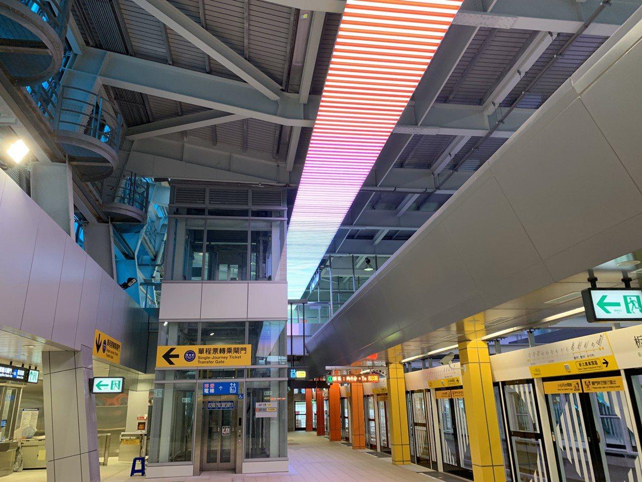 新北環狀線「板橋站」今天站內公共藝術曝光。記者張曼蘋/攝影