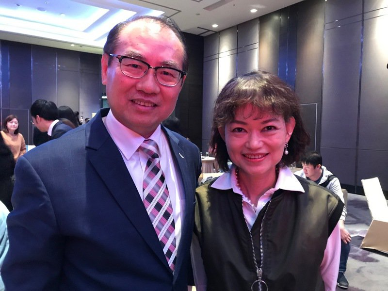 Verizon Media Group亞太區共同董事總經理王興(右)、台灣彩券公司總經理蔡國基(左)合影。記者陳怡慈/攝影