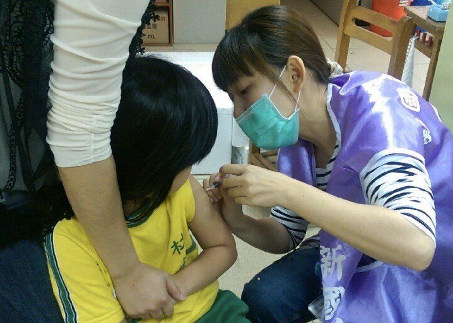 桃園市共計採購56萬8500劑公費四價流感疫苗,提供市民更周全的保護力。圖/桃園市衛生局提供