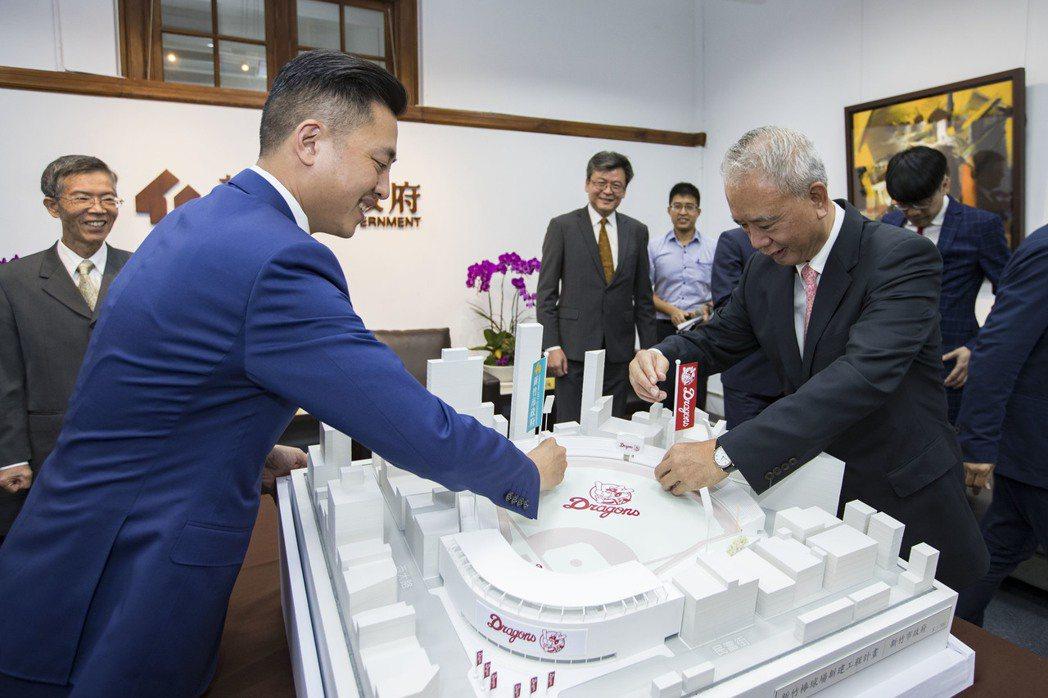 新竹市長林智堅與頂新和德文教基金會創辦人魏應充於新球場模型插旗。竹市府/提供