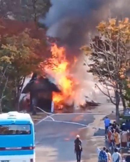白川鄉合掌村今天下午位於停車場入口附近的一個小倉庫著火。圖/取自推特