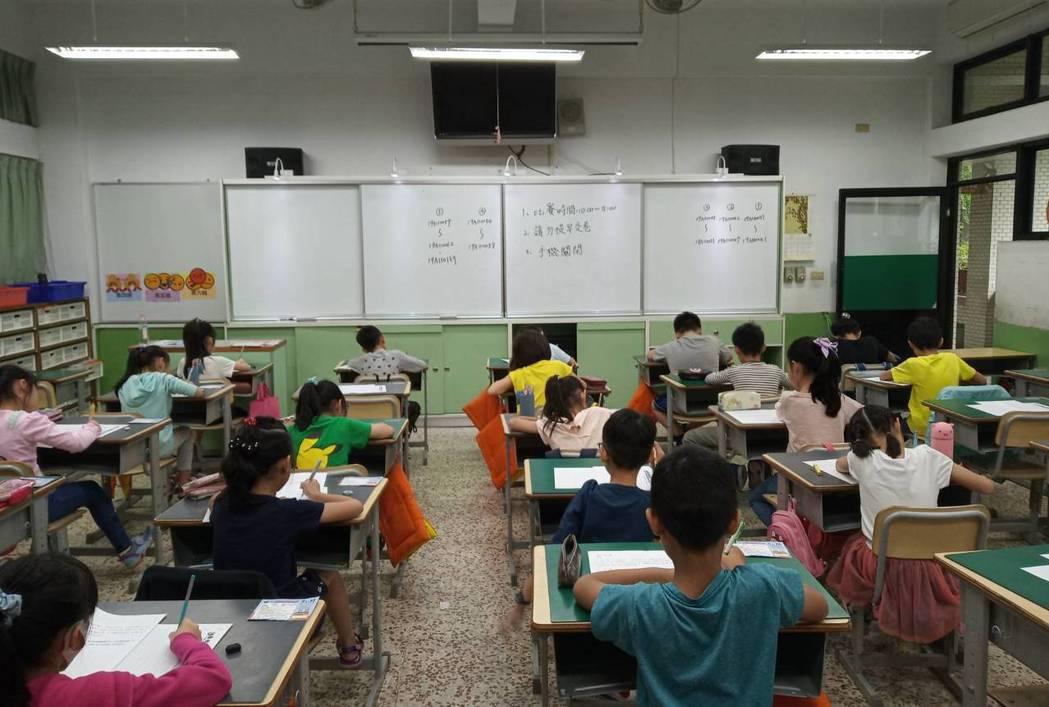 學生寫作文示意圖,非關本文當事人。圖/教育事業部