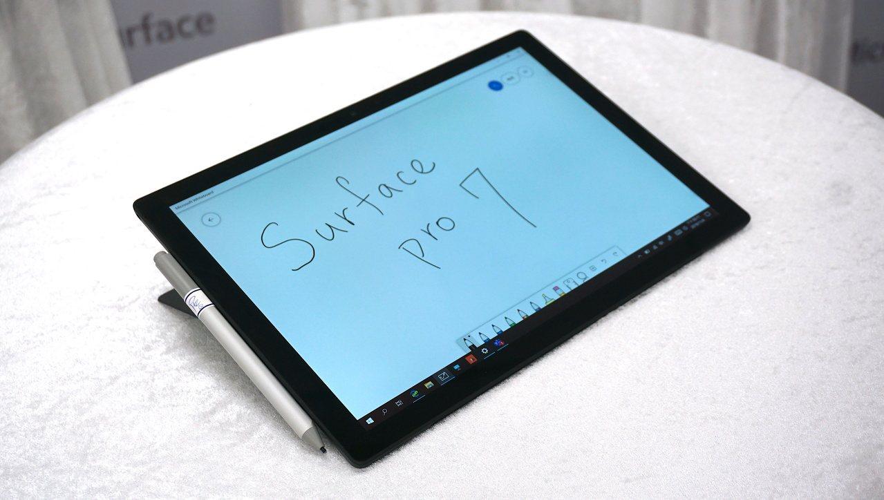 將Kickstand支架調降為工作室模式,就可使用Surface手寫筆搭配觸控螢...