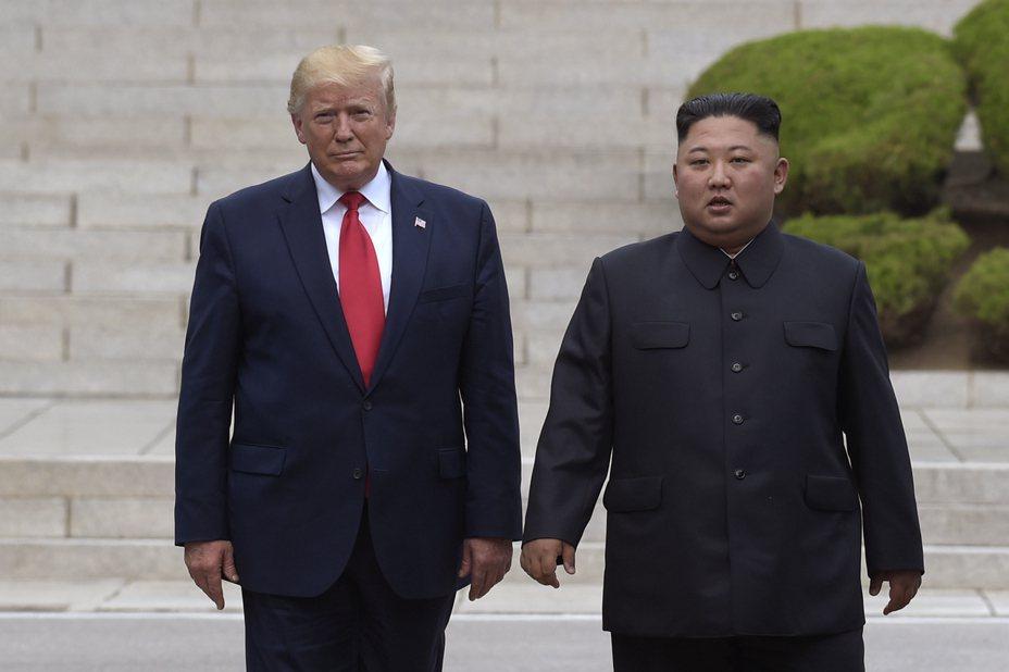 美國總統川普(左)和北韓最高領導人金正恩(右)今年六月在兩韓邊界板門店非軍事區會面。(美聯社)