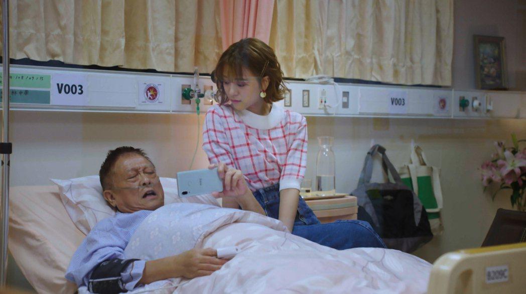 項婕如(右)和飾演爺爺的唐川相依為命 。圖/台視提供