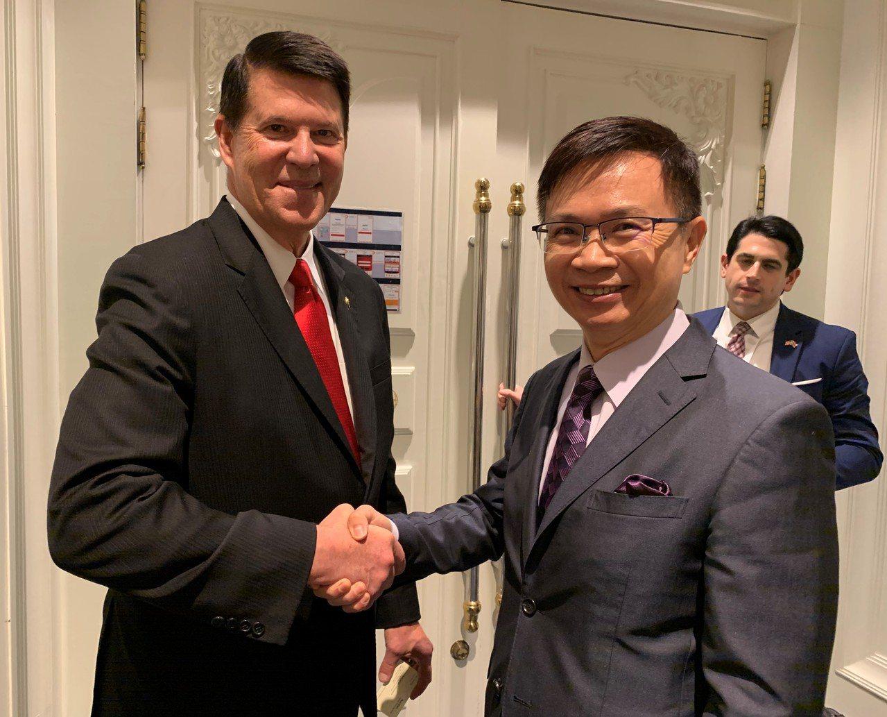 外貿協會董事長黃志芳(右)與美國國務院主管經濟事務次卿克拉奇(左)會談雙方並交換...