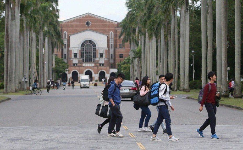 2020年台灣總統大選倒數僅剩約2個月時間,大陸再度祭出「對台26條措施」,進一步擴大招收台灣學生的院校範圍,提高中西部院校和非部屬院校比例。世新大學校長吳永乾指出,除將提高失業博士或流浪敎師赴大陸高校任敎的意願之外,也會促使更多高中、高職畢業生前往大陸就讀大學校院;後一現象對面臨少子化、生源日益短缺衝擊的台灣高校而言,是雪上加霜,特別是對於私立技職校院。本報資料照片