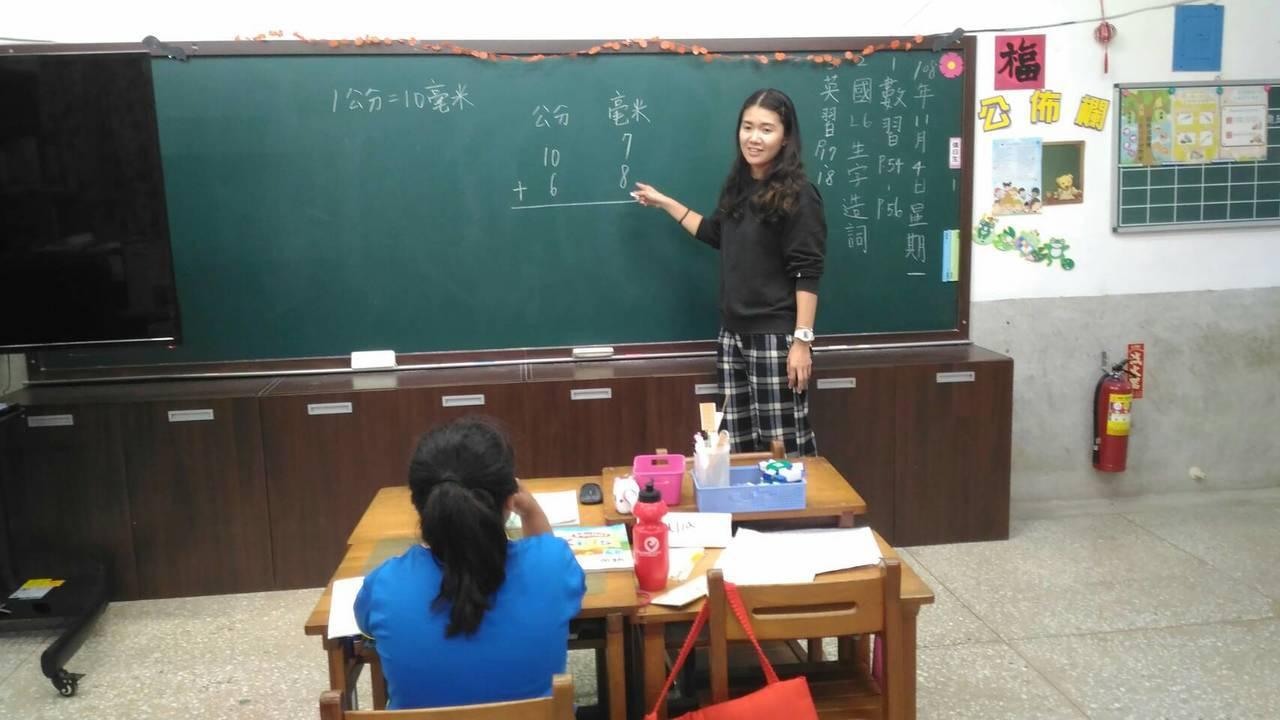 台東縣電光國小全校只有10名學生,一個年級一班,一至六年級有兩班只有一位學生,四...