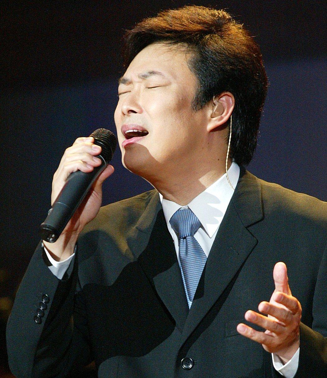 費玉清唱歌習慣45度仰角。本報資料照片
