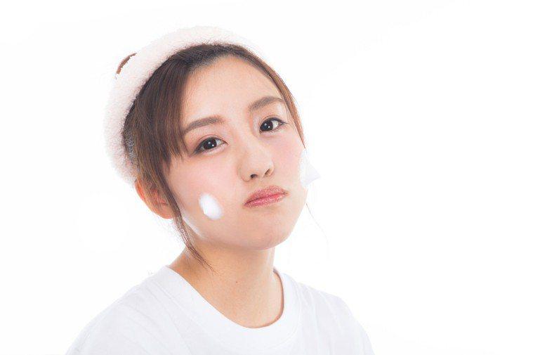 洗臉時,不要用力搓揉肌膚。圖/摘自pakutaso