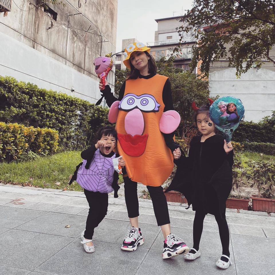 賈靜雯與兩個女兒裝扮過萬聖節。圖/摘自臉書