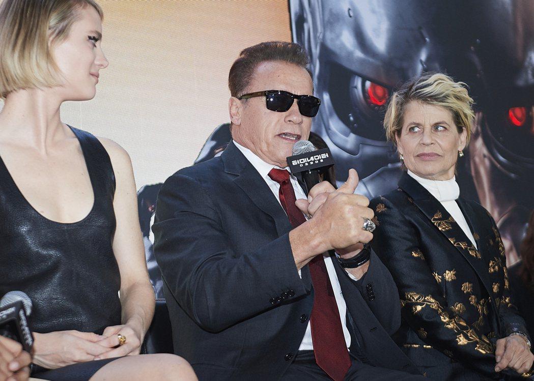 阿諾史瓦辛格(中)在「魔鬼終結者:黑暗宿命」首爾首映會上戴起墨鏡念起經典台詞「I...