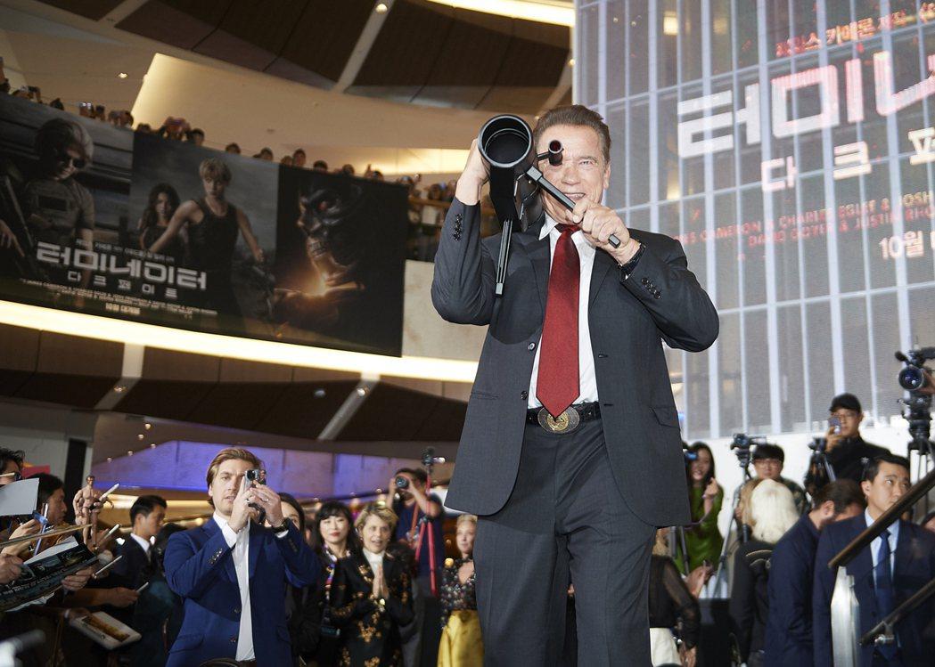 阿諾史瓦辛格在「魔鬼終結者:黑暗宿命」首爾首映會上帥氣台起火箭砲,重現電影裡面的...
