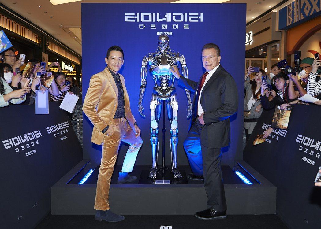 蓋布瑞盧納(左)、阿諾史瓦辛格(右)在「魔鬼終結者:黑暗宿命」首爾首映會與「魔鬼...