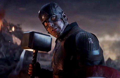 在全球最賣座電影「復仇者聯盟:終局之戰」中,令人激昂的段落極多,其中一幕讓「美國隊長」史提夫羅傑斯舉起雷神之鎚,也讓許多影迷非常激動,但有眼尖影迷發現,美國隊長在片中竟能使用閃電,似乎與先前「雷神索...