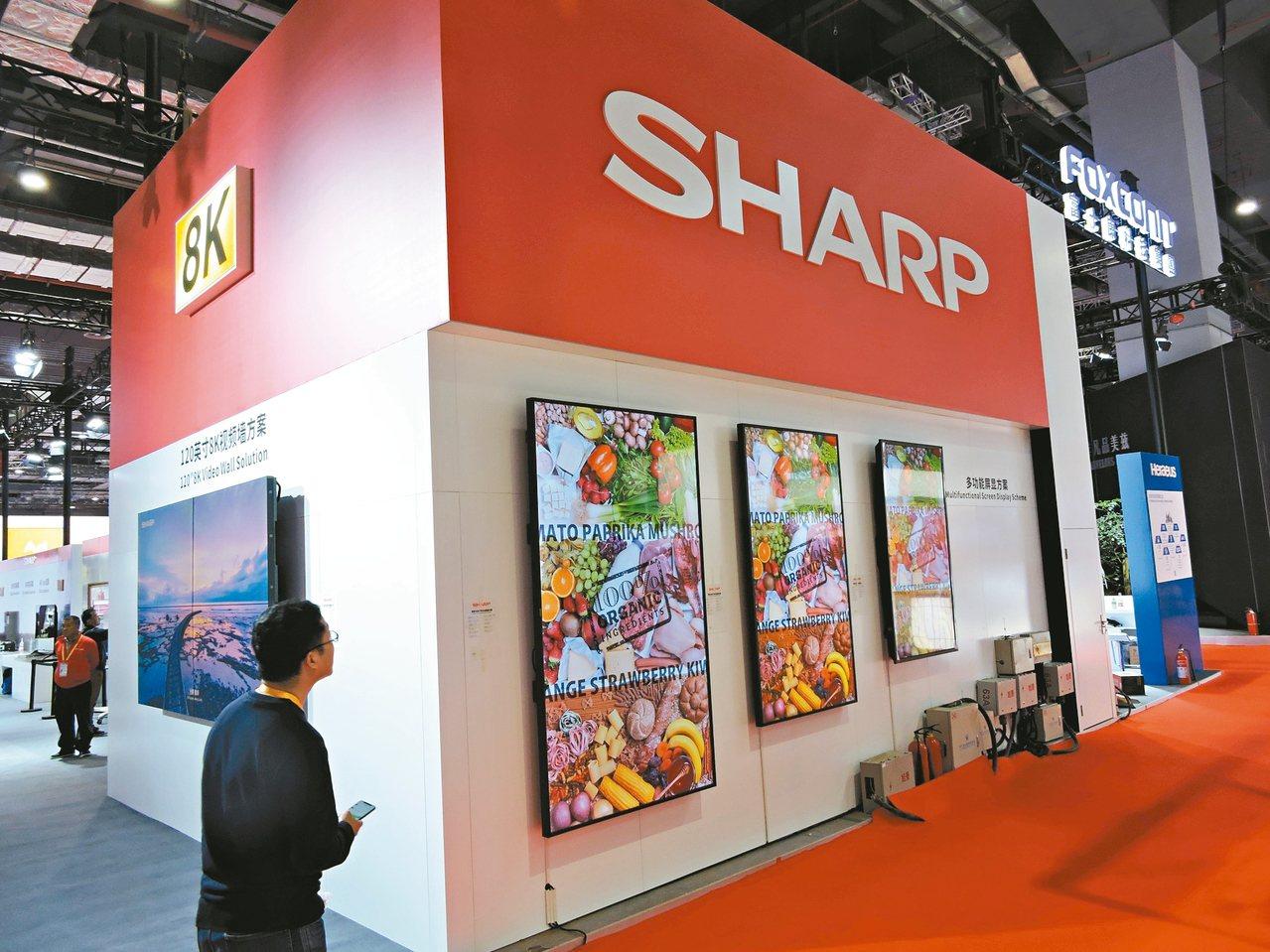 鴻海旗下富士康科技集團參展進博會,今年在專區擺設「8K電影院」,用全球最大120...