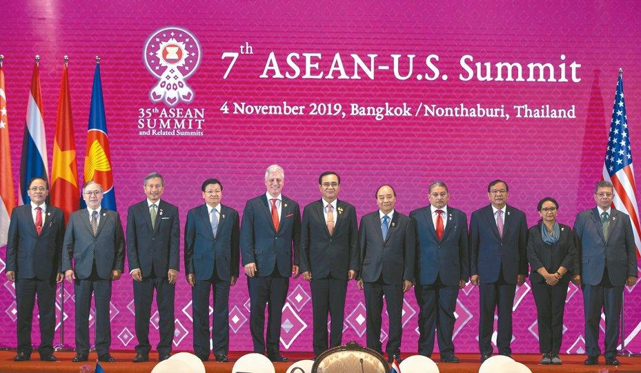 東協美國峰會,美國派出白宮國家安全顧問歐布萊恩(左五)出席,東協領袖泰國總理帕拉育(左六)、寮國總理通倫(左四)、越南總理阮春福(左七)與會,其他都派外長參加。 (美聯社)