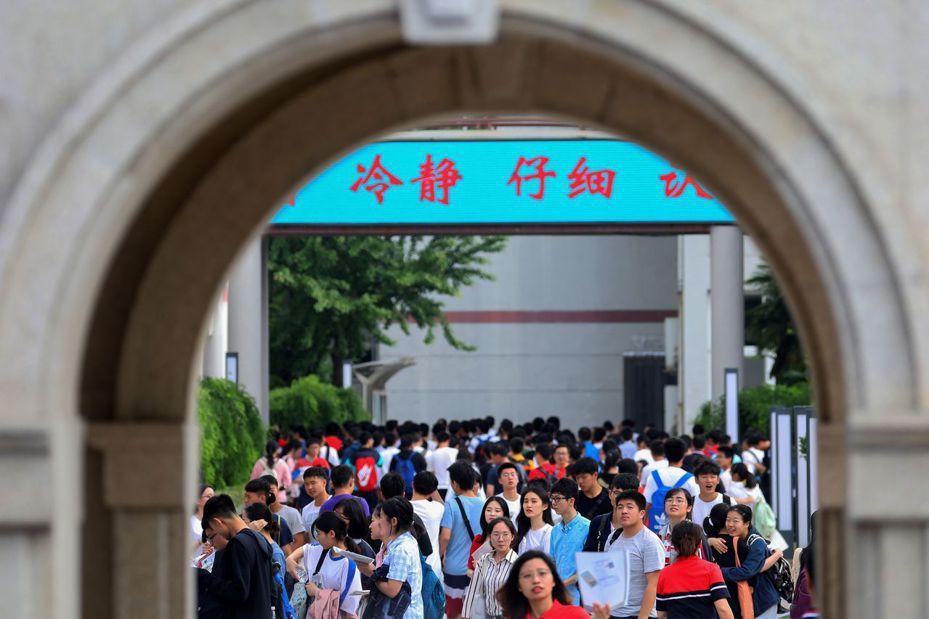 中國大陸對台廿六項措施,向台灣學生教師招手,圖為大批考生參加高考。(中新社資料照)