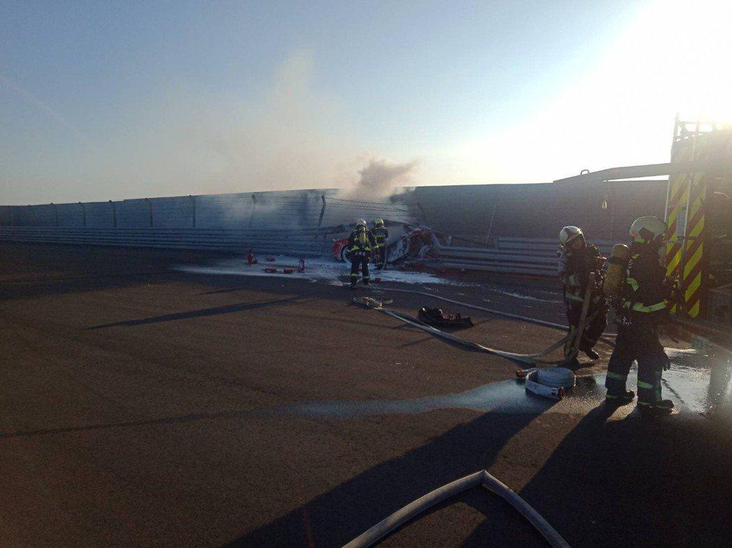 台中麗寶國際賽車場今天下午3時許,一輛法拉利跑車在自主駕訓時,突然自撞護欄起火燃...