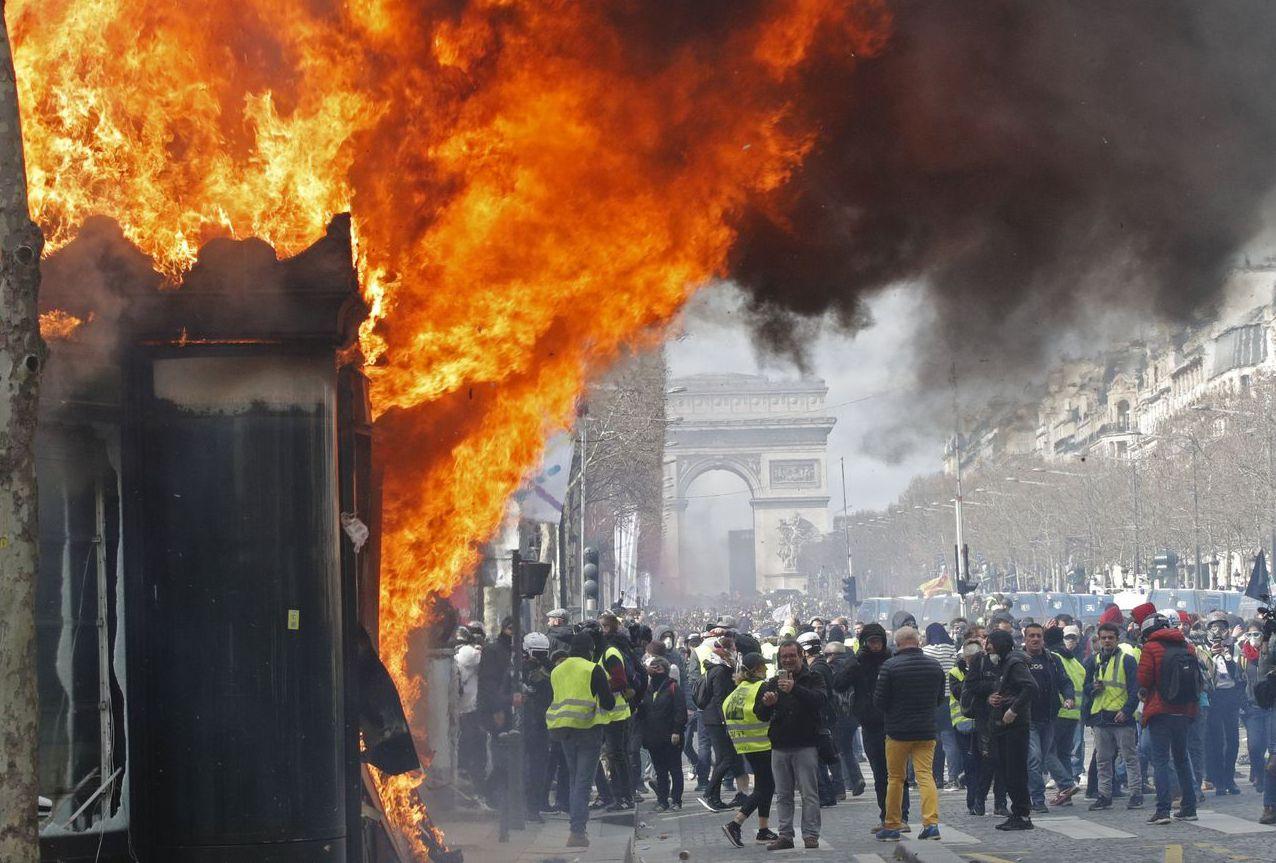 法國去年底爆發黃背心示威,總統馬克宏被迫取消燃料稅調漲措施,引發環保人士不滿。圖...