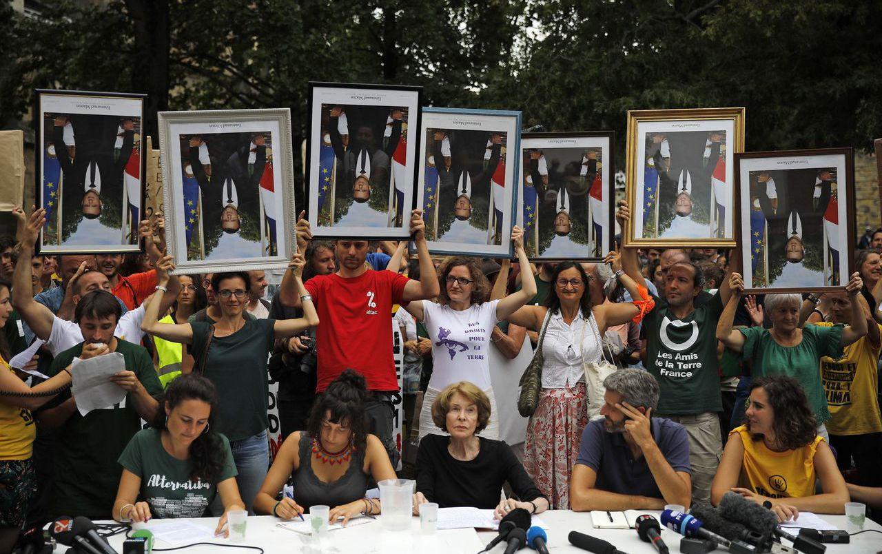 環保團體8月25日發起「肖像遊行」,抗議馬克宏的氣候政策;這些照片都是偷來的。 ...