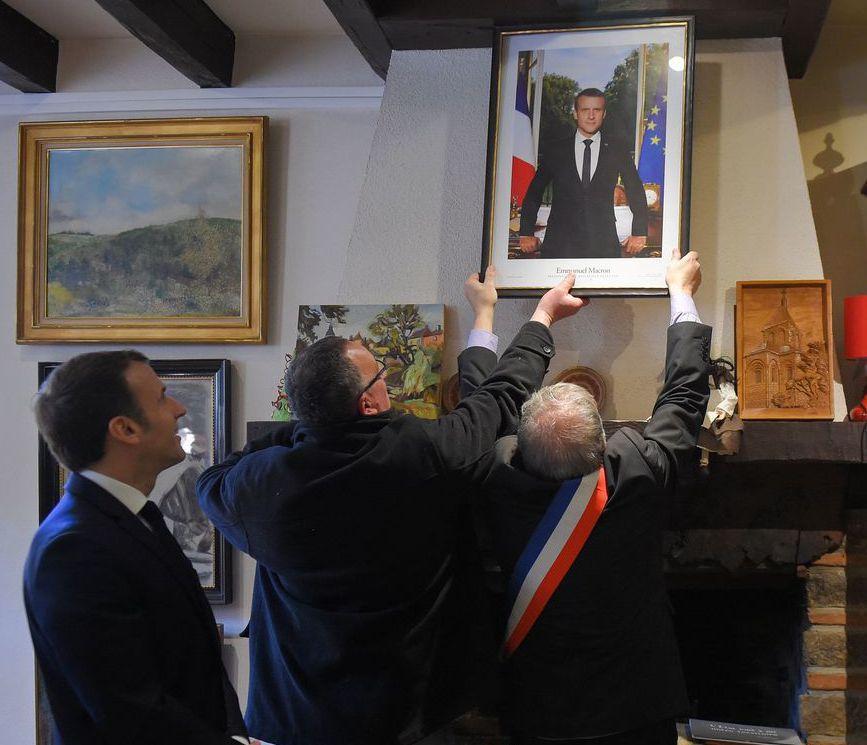 法國各地方政府大樓都懸掛總統馬克宏的玉照。圖為馬克宏(左)2月造訪法國南部安德爾...