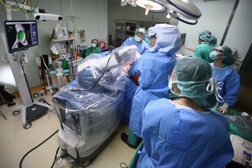 醫院手術衣非藍即綠,以避免視覺疲勞。 圖/聯合報系資料照片