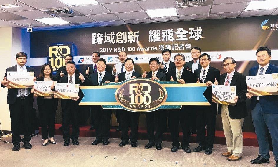 經濟部次長林全能(前排左五)與得獎法人單位及得獎代表人合影。 金屬中心/提供