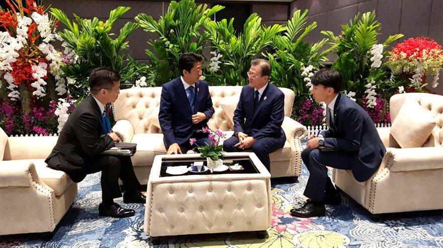 南韓總統文在寅(右二)和日本首相安倍晉三(左二)四日在泰國曼谷東協峰會場邊會談。...