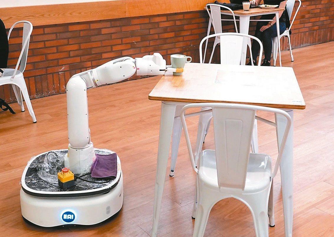 中正大學AI無人餐廳,由機器人負責送餐。圖/中央社