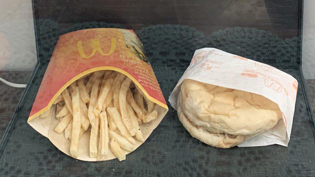 麥當勞漢堡薯條不腐爛,擺十年現況曝光。 梁采蘩