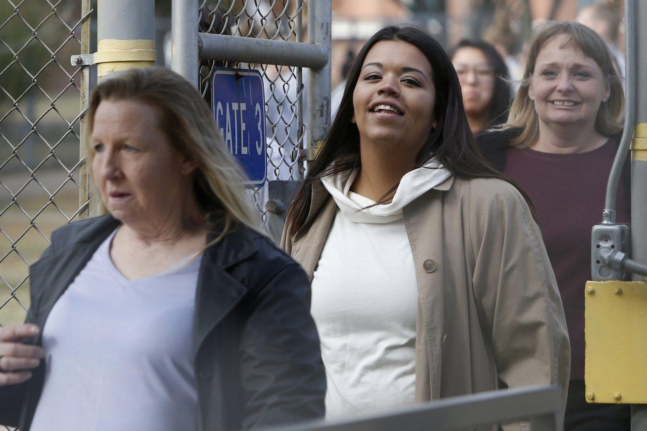 奧克拉荷馬州有400多名囚犯減刑,4日提早獲釋。圖為部分獲釋的女囚欣喜走出監獄。...