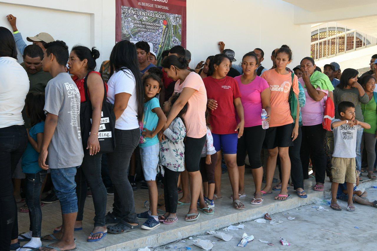 川普政府對尋求庇護的人設限,入境不到一年者不發工作許可。圖為在墨西哥排隊等候申請...