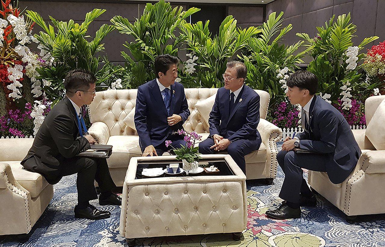 南韓青瓦台4日表示,總統文在寅於第35屆 東協峰會上與日本首相安倍晉三會談11分...