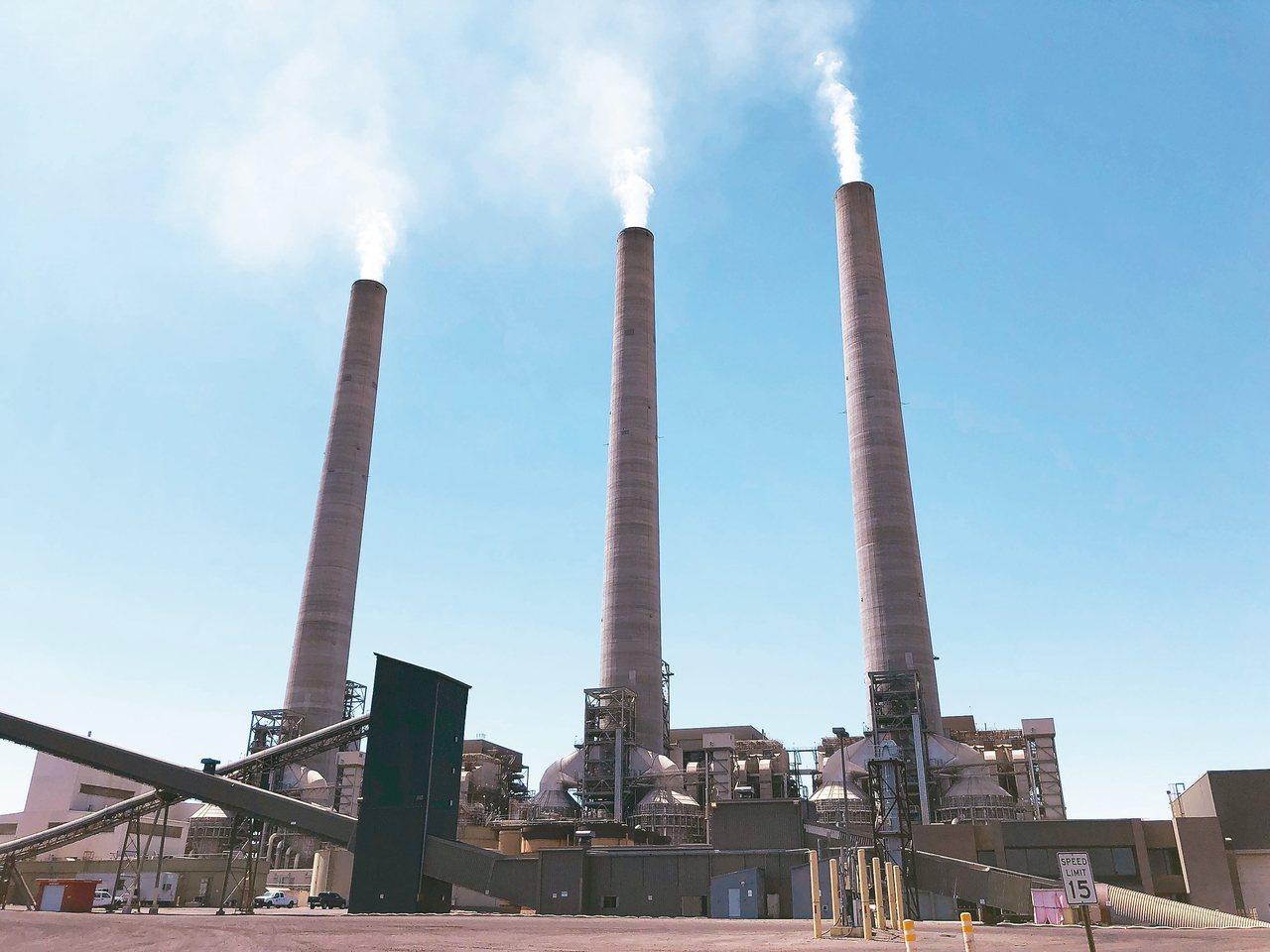 美國4日宣布啟動退出巴黎氣候協定的程序。圖為美國亞歷桑納州和猶他州邊界的燃煤火力...