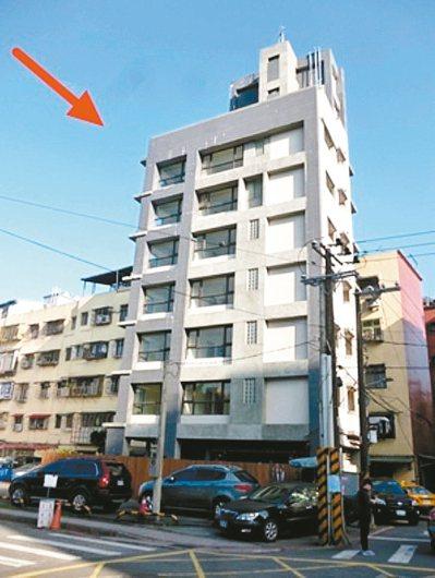 北市南港研究院路一棟七層樓三年新成屋(見圖),因建商財務問題,2~7樓淪落法拍,...