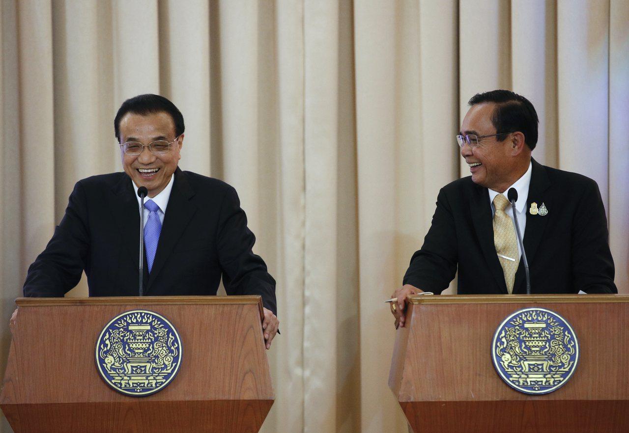 泰國總理帕拉育(右)今(5日)會晤訪泰的中國國務院總理李克強(左),兩國會後發表...