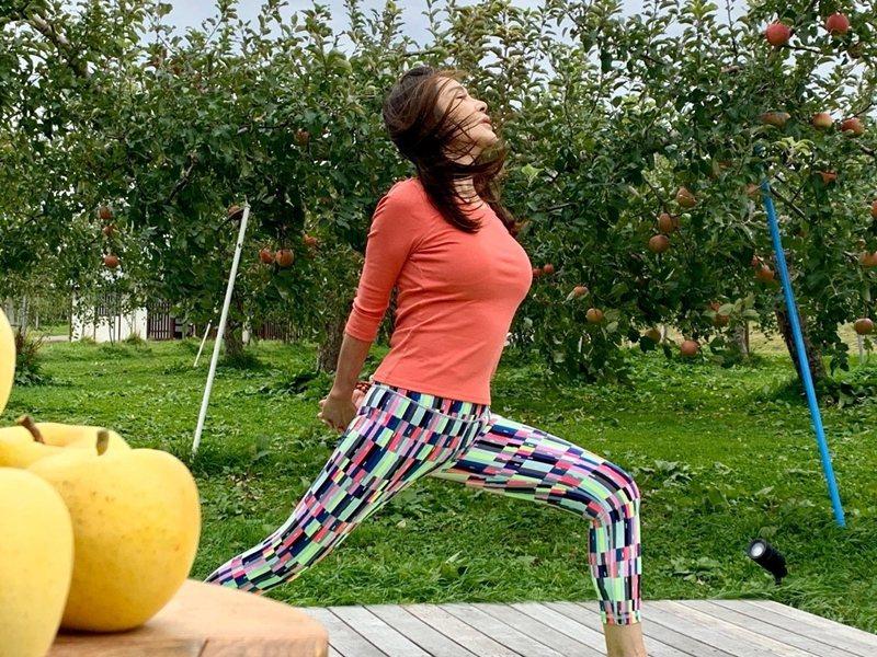 陳美鳳在蘋果樹旁做瑜伽。 圖/民視提供