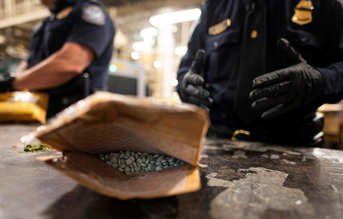 美國聯邦緝毒局(DEA)4日發出毒品警告,確認大批由墨西哥毒梟集團所偽造的『鴉片...