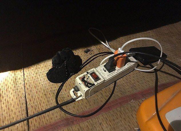 儂瑩家中的延長線過於老舊意外漏電,導致她玩手機時觸電身亡。圖擷自<a href=